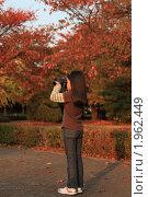 Купить «Девочка-фотограф снимает осень», эксклюзивное фото № 1962449, снято 30 октября 2009 г. (c) Ольга Липунова / Фотобанк Лори