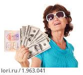 Купить «Женщина держит деньги и паспорт», фото № 1963041, снято 26 июля 2010 г. (c) Gennadiy Poznyakov / Фотобанк Лори