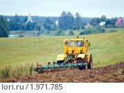 Купить «Трактор, пашущий землю», фото № 1971785, снято 25 августа 2010 г. (c) Сергей Лаврентьев / Фотобанк Лори