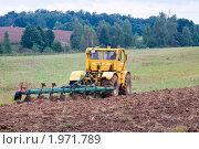 Купить «Трактор, пашущий землю», фото № 1971789, снято 25 августа 2010 г. (c) Сергей Лаврентьев / Фотобанк Лори