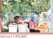 Колоритный продавец с картошкой (2010 год). Редакционное фото, фотограф Артем Костров / Фотобанк Лори