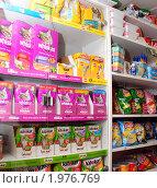 Купить «Товары для животных, продукты и хозяйственные товары на полках магазина», фото № 1976769, снято 15 сентября 2010 г. (c) Анна Мартынова / Фотобанк Лори