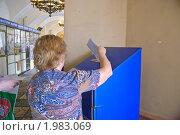 Купить «Женщина отправляет письмо», эксклюзивное фото № 1983069, снято 10 августа 2010 г. (c) Алёшина Оксана / Фотобанк Лори