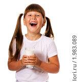 Купить «Веселая девочка со стаканом молока», фото № 1983089, снято 27 июня 2010 г. (c) Ольга Сапегина / Фотобанк Лори