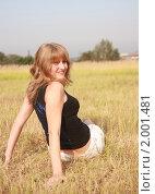 Девушка сидит в поле. Стоковое фото, фотограф Дарья Фролова / Фотобанк Лори