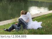 Жених и невеста на берегу реки. Взгляд в будущее, эксклюзивное фото № 2004889, снято 11 сентября 2010 г. (c) Инна Козырина (Трепоухова) / Фотобанк Лори