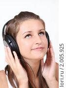 Купить «Девушка, слушающая музыку», фото № 2005925, снято 5 августа 2010 г. (c) Дарья Петренко / Фотобанк Лори