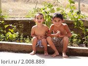 Два маленьких мальчика летом на улице (2010 год). Редакционное фото, фотограф Василий Геворкян / Фотобанк Лори