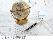 Маленький глобус и ручка на документах. Стоковое фото, фотограф Андрей Липко / Фотобанк Лори