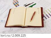 Купить «Документы и ручка на рабочем столе», фото № 2009225, снято 21 августа 2010 г. (c) Андрей Липко / Фотобанк Лори