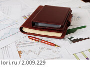 Документы и ручка на рабочем столе. Стоковое фото, фотограф Андрей Липко / Фотобанк Лори