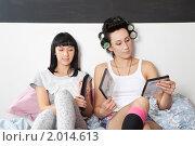 Купить «Девушки выбирают фильм для просмотра», фото № 2014613, снято 6 сентября 2010 г. (c) Elena Rostunova / Фотобанк Лори