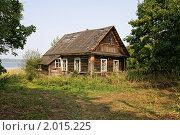 Купить «Старый деревянный  дом в деревне», фото № 2015225, снято 15 августа 2010 г. (c) FotograFF / Фотобанк Лори