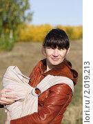 Купить «Молодая мама с ребенком в слинге», фото № 2019213, снято 26 сентября 2010 г. (c) Иванюшин Виталий / Фотобанк Лори