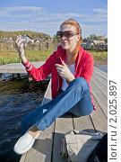 Купить «Девушка на мостках», фото № 2025897, снято 25 сентября 2010 г. (c) Александр Рябов / Фотобанк Лори