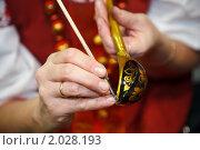 Купить «Роспись хохломской ложки», фото № 2028193, снято 10 декабря 2009 г. (c) Losevsky Pavel / Фотобанк Лори