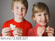 Купить «Двое маленьких детей едят вафли», фото № 2028221, снято 20 ноября 2009 г. (c) Losevsky Pavel / Фотобанк Лори