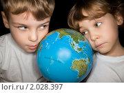 Девочка и мальчик изучают глобус, фото № 2028397, снято 5 декабря 2009 г. (c) Losevsky Pavel / Фотобанк Лори