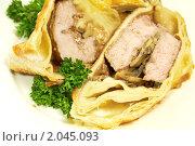 Купить «Мясо с грибами, запечённое в тесте», фото № 2045093, снято 9 октября 2010 г. (c) Влад Нордвинг / Фотобанк Лори