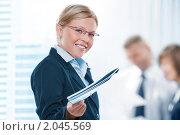 Купить «Молодая деловая женщина с бумагами», фото № 2045569, снято 13 сентября 2010 г. (c) Дмитрий Эрслер / Фотобанк Лори