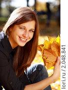 Купить «Девушка с букетом кленовых листьев», фото № 2048841, снято 9 октября 2010 г. (c) Андрей Аркуша / Фотобанк Лори