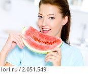 Купить «Красивая девушка ест арбуз», фото № 2051549, снято 25 августа 2010 г. (c) Валуа Виталий / Фотобанк Лори