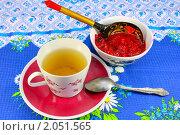Купить «Чашка чая и пиала с малиновым вареньем на скатерти», фото № 2051565, снято 16 июля 2010 г. (c) Алексей Баринов / Фотобанк Лори