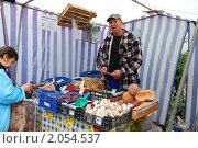 Купить «Покупатель и продавец рассчитываются на ярмарке выходного дня», эксклюзивное фото № 2054537, снято 16 октября 2010 г. (c) Анна Мартынова / Фотобанк Лори