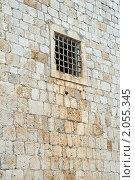 Окно с решёткой в каменной стене, эксклюзивное фото № 2055345, снято 9 сентября 2010 г. (c) Константин Косов / Фотобанк Лори