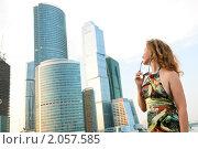 Купить «Юная красивая девушка на фоне современных построек Москва-сити», фото № 2057585, снято 17 июля 2010 г. (c) Дмитрий Яковлев / Фотобанк Лори
