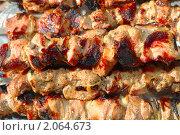 Купить «Шашлык на шампурах лежит на тарелке», фото № 2064673, снято 1 мая 2010 г. (c) Алексей Баринов / Фотобанк Лори