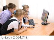 Купить «Школьники смотрят сайты в интернете», эксклюзивное фото № 2064749, снято 21 сентября 2010 г. (c) Вячеслав Палес / Фотобанк Лори