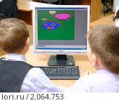 Купить «Ребята рисуют на компьютере», эксклюзивное фото № 2064753, снято 21 сентября 2010 г. (c) Вячеслав Палес / Фотобанк Лори