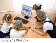 Купить «Девочки смотрят детский сайт», эксклюзивное фото № 2064757, снято 21 сентября 2010 г. (c) Вячеслав Палес / Фотобанк Лори