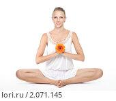 Купить «Женщина в позе лотоса с цветком», фото № 2071145, снято 14 августа 2010 г. (c) Сергей Новиков / Фотобанк Лори