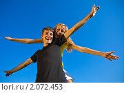Купить «Веселая пара на фоне синего неба», фото № 2072453, снято 11 июля 2010 г. (c) Антон Балаж / Фотобанк Лори