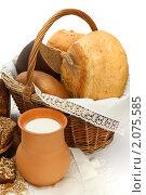 Купить «Хлеб в плетеной корзине и молоко в кувшине», фото № 2075585, снято 7 октября 2010 г. (c) Татьяна Белова / Фотобанк Лори