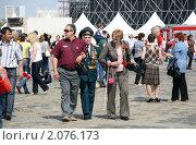Купить «Ветеран с родными в День Победы на Поклонной горе. Москва, 9 мая 2010», эксклюзивное фото № 2076173, снято 9 мая 2010 г. (c) Щеголева Ольга / Фотобанк Лори
