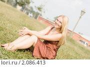 Летний портрет светловолосой девушки на фоне зеленой травы. Стоковое фото, фотограф Анна Назарова / Фотобанк Лори