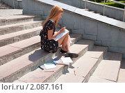 Купить «Первокурсница готовится к первому экзамену», фото № 2087161, снято 6 августа 2009 г. (c) Олег Тыщенко / Фотобанк Лори