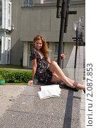 Купить «Студентка сидит возле университета и готовится к экзаменам», фото № 2087853, снято 6 августа 2009 г. (c) Олег Тыщенко / Фотобанк Лори