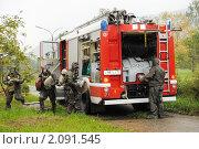 Купить «Пожарный расчет в костюмах химзащиты у служебного автомобиля готовится к устранению последствий техногенной катастрофы», фото № 2091545, снято 28 октября 2010 г. (c) Анна Мартынова / Фотобанк Лори