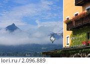 Вывеска отеля на фоне горного пейзажа. Санкт-Вольфганг. Австрия (2010 год). Редакционное фото, фотограф Валерий Степанов / Фотобанк Лори