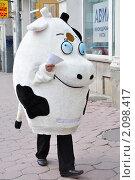 """Рекламная """"корова"""" на улице Москвы (2009 год). Редакционное фото, фотограф stargal / Фотобанк Лори"""