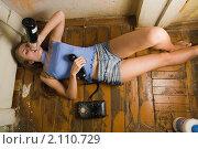Купить «Девушка на полу с бутылкой и телефоном», фото № 2110729, снято 22 августа 2008 г. (c) Фурсов Алексей / Фотобанк Лори
