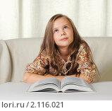 Задумчивая девочка с книгой. Стоковое фото, фотограф Андрей Липко / Фотобанк Лори