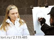 Художник рисует портрет юной девушки. Стоковое фото, фотограф Анна Кузина / Фотобанк Лори