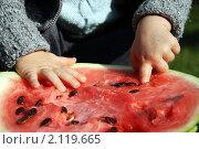 Малыш ест арбуз. Стоковое фото, фотограф Анна Кузина / Фотобанк Лори