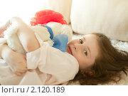 Девочка с игрушкой. Стоковое фото, фотограф Ольга Полякова / Фотобанк Лори