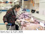 Купить «У прилавка», фото № 2121309, снято 6 ноября 2010 г. (c) Игорь Долгов / Фотобанк Лори